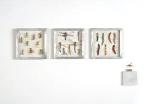 Collectie I, Sprinkhanen, libellen, en rupsen. Handgebreid Materiaal_ garen, dun ijzerdraad, cellofaan, gouache, zink. Totale opstelling achter een plexiglasplaat van 108-50 cm 2005